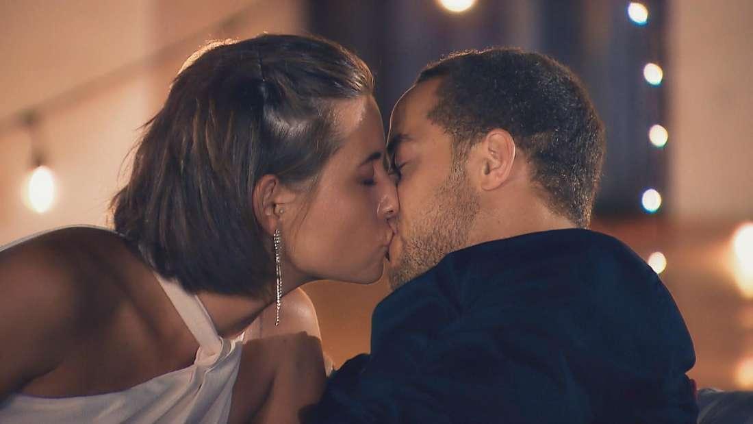 Der erste Kuss: Jenny (l.) und Bachelor Andrej machen den nächsten Schritt und lassen die Herzen der Fans höher schlagen.