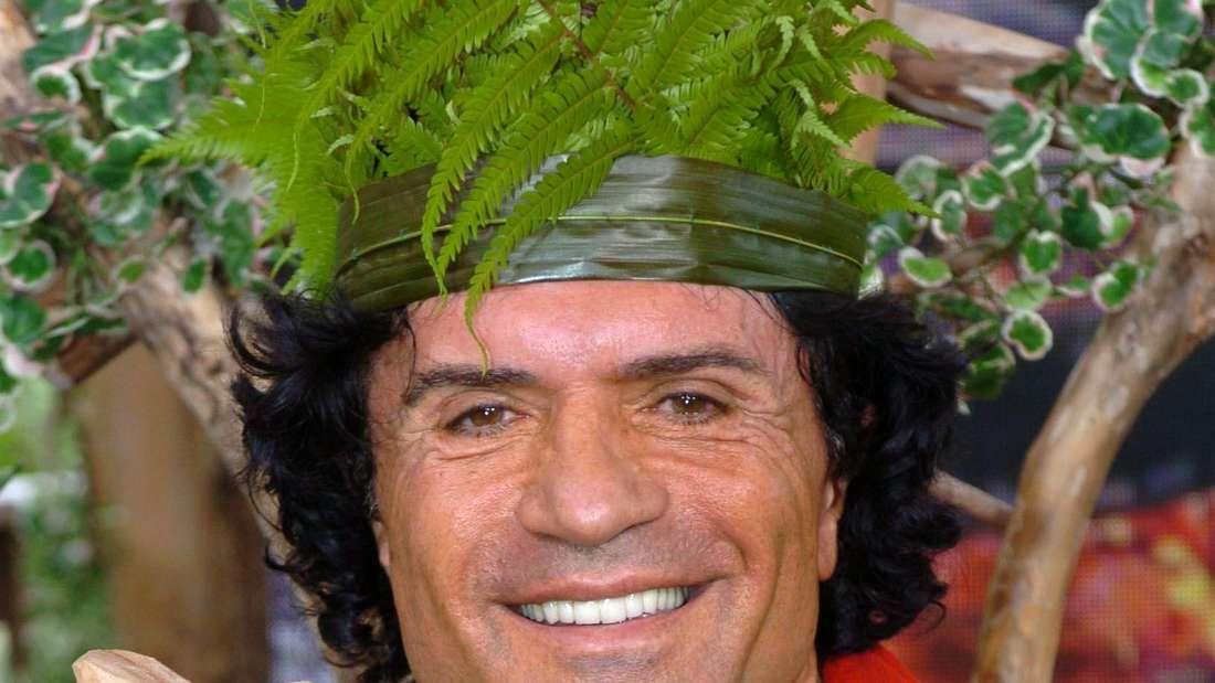 """Mit Holzzepter und Farnkrone sitzt """"Dschungelkönig"""" Costa Cordalis am 20.1.2004 stolz im australischen Urwald"""