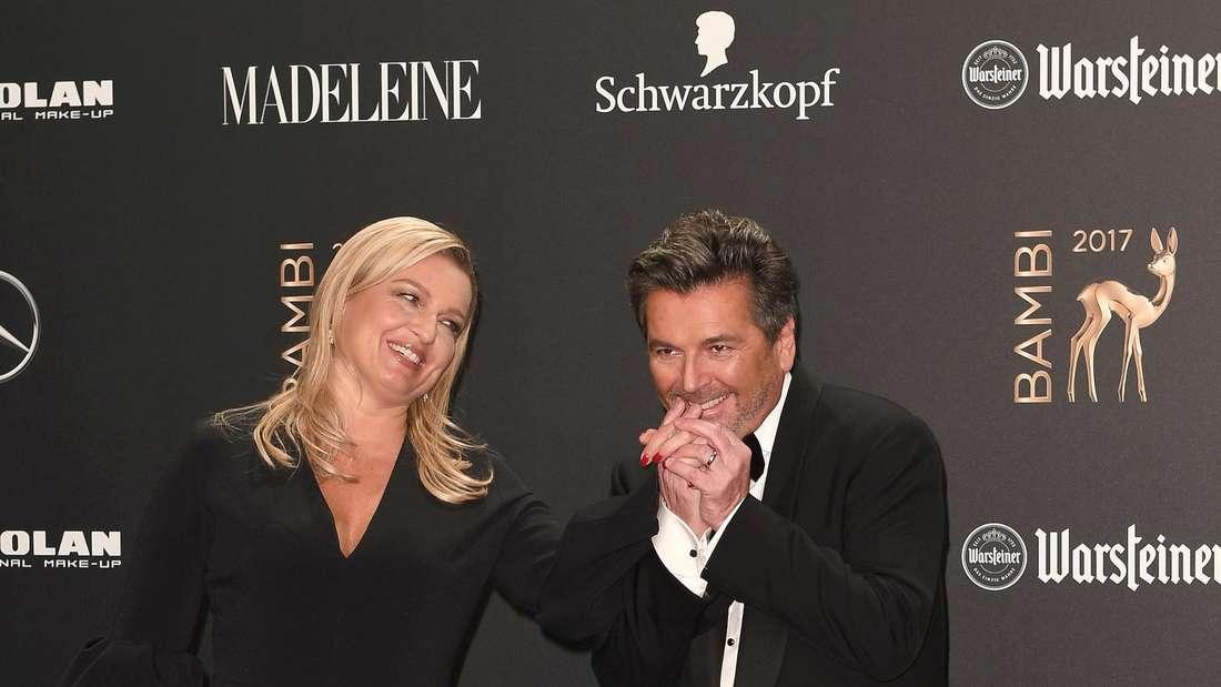 """Thomas Anders gibt seiner Frau einen Handkuss auf dem """"roten Teppich"""""""