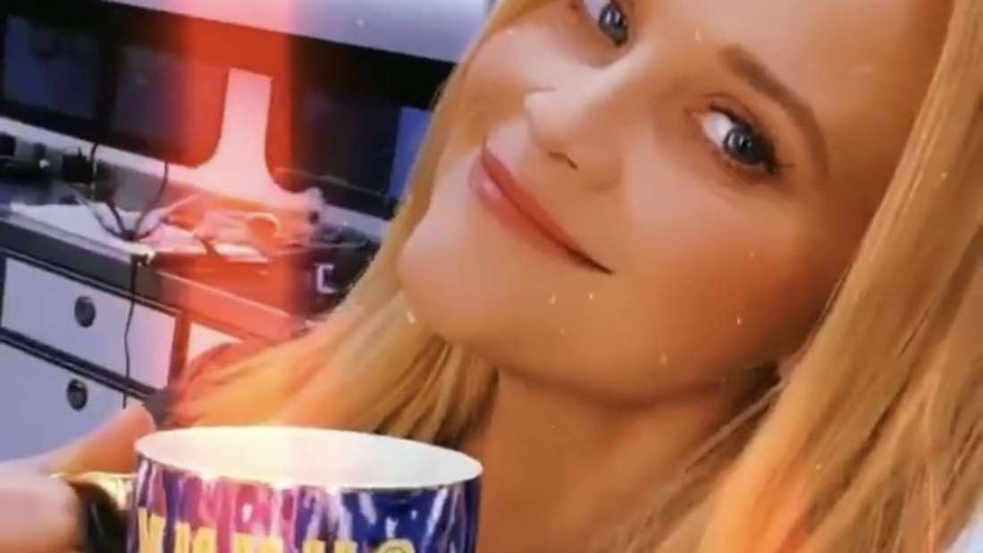 Reese Witherspoon in der Maske. Sie hört deutschen Schlager und markiert Maria Voskania in ihrer Instagram-Story.