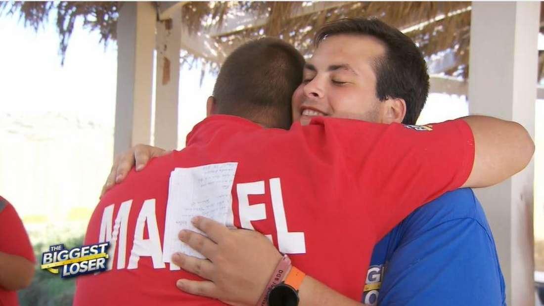 Gianluca und Manuel umarmen sich