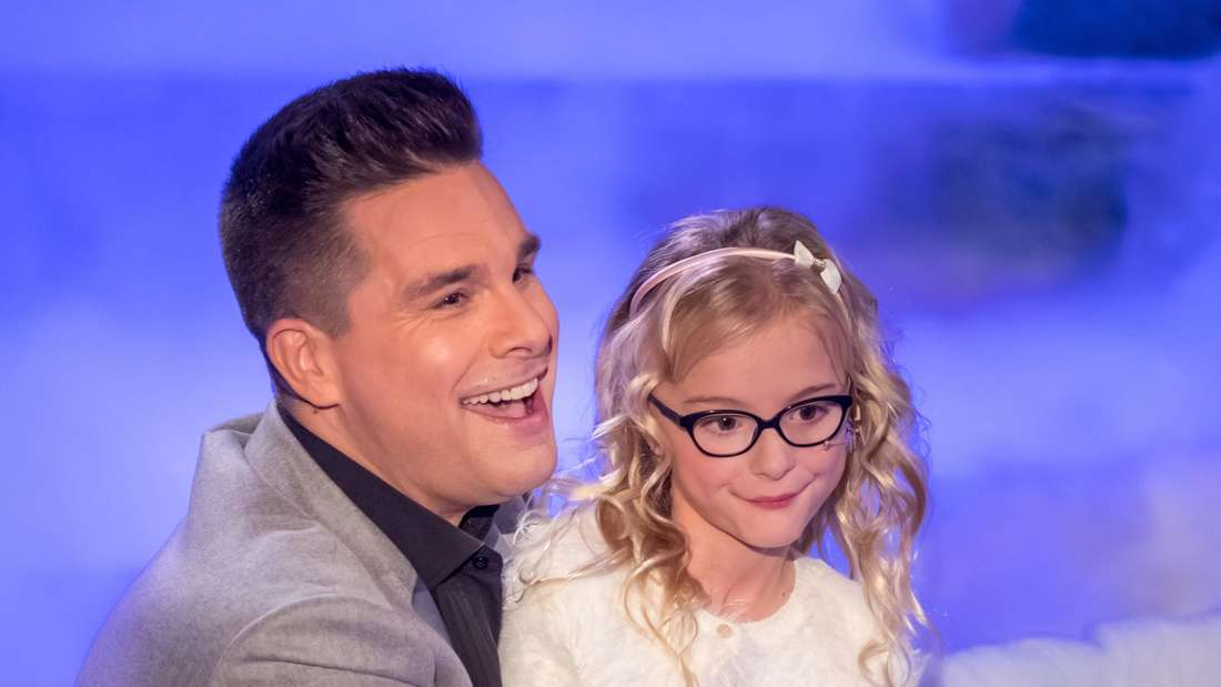 Auf dem Schoss von Eloy de Jong sitzt seine Tochter in einer TV-Show