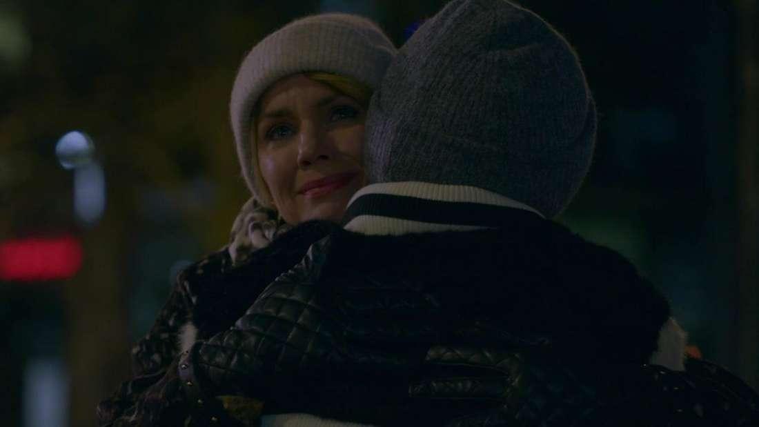 Yvonne und Laura umarmen sich