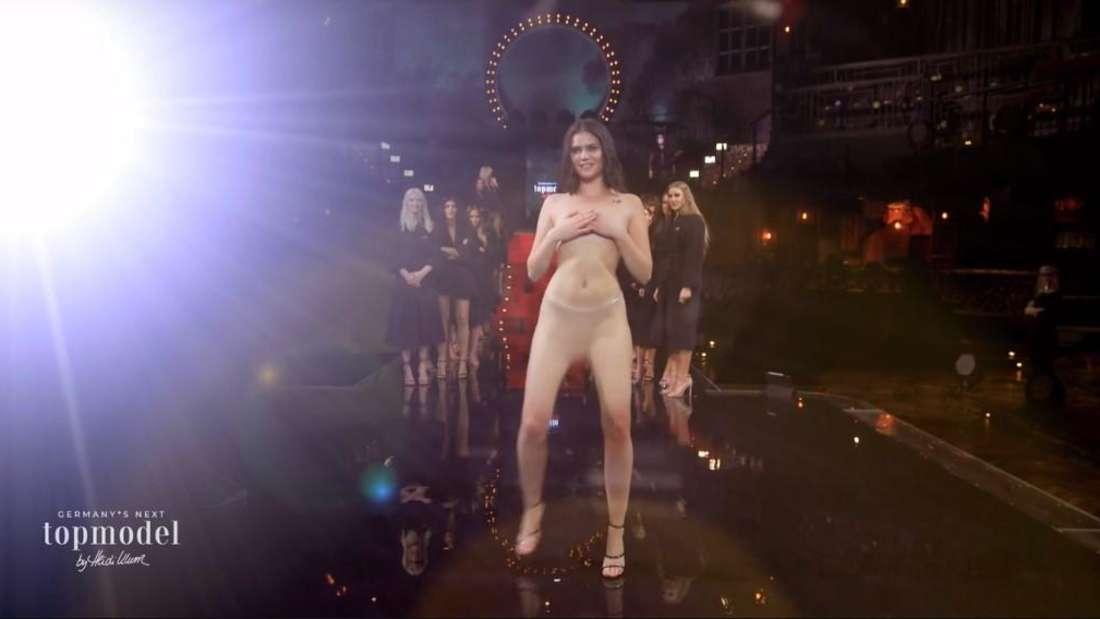 GNTM-Kandidatin Linda posiert nackt auf dem Laufsteg