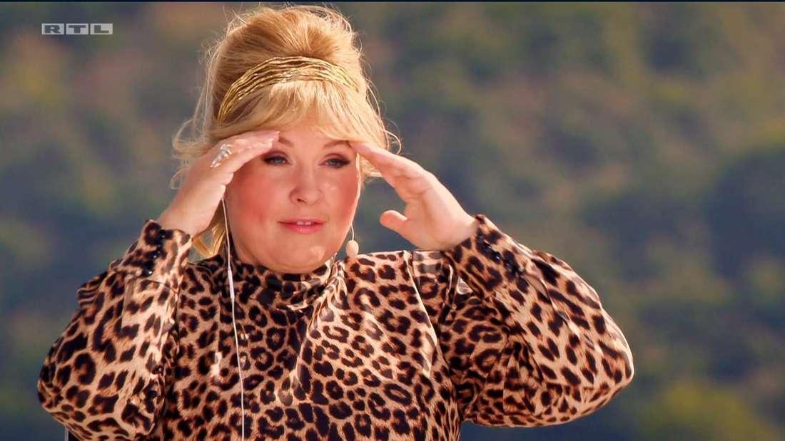 Maite Kelly reißt die Augen auf und fasst sich mit beiden Händen an den Kopf