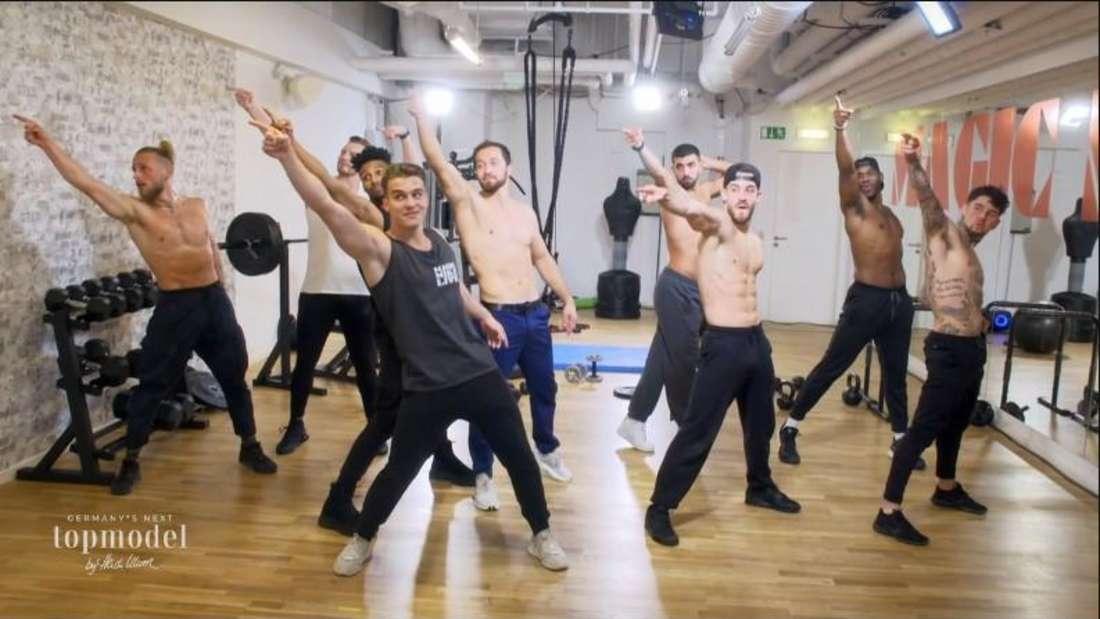 Die Tänzer von Magic Mike Live zeigen Heidi den Weg zu ihren Kandidatinnen