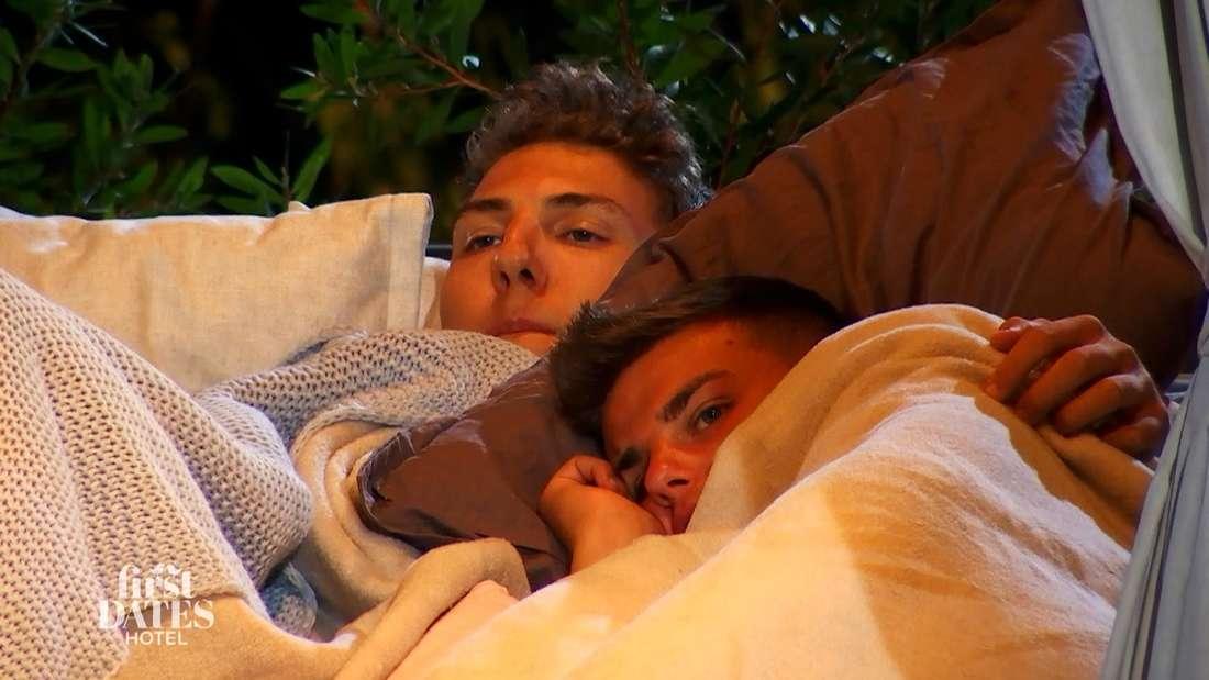 In Folge 2 am 15. Februar kuscheln Nico und Patrick unter der Decke.