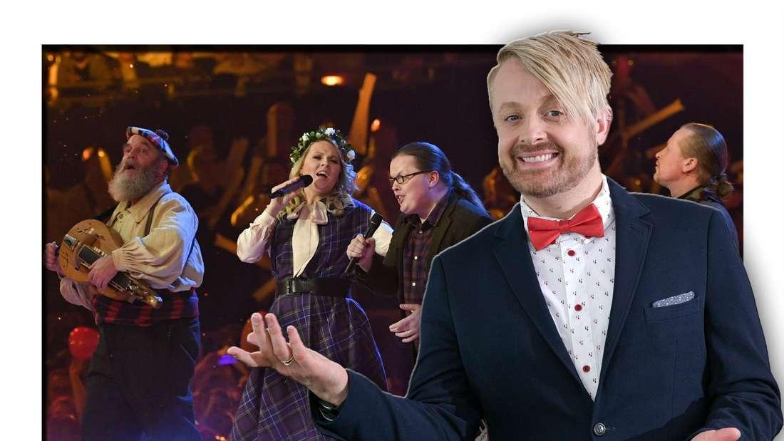 Schlagerstar Ross Antony posiert vor einem Bild eines Kelly Family-Konzertes