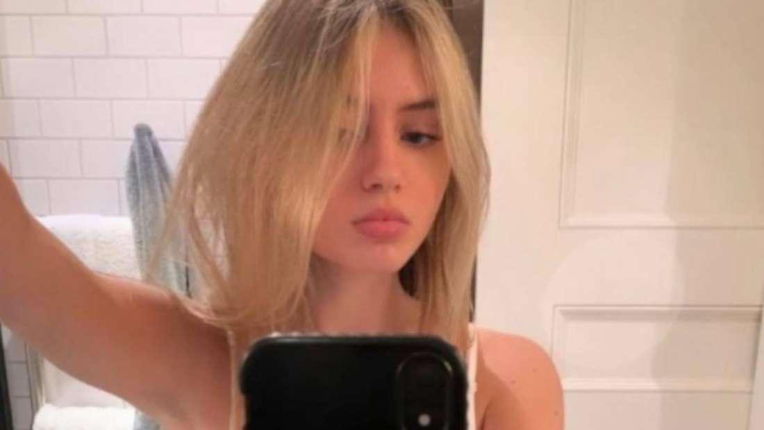 Leni Klum macht ein Selfi mit einem Spiegel