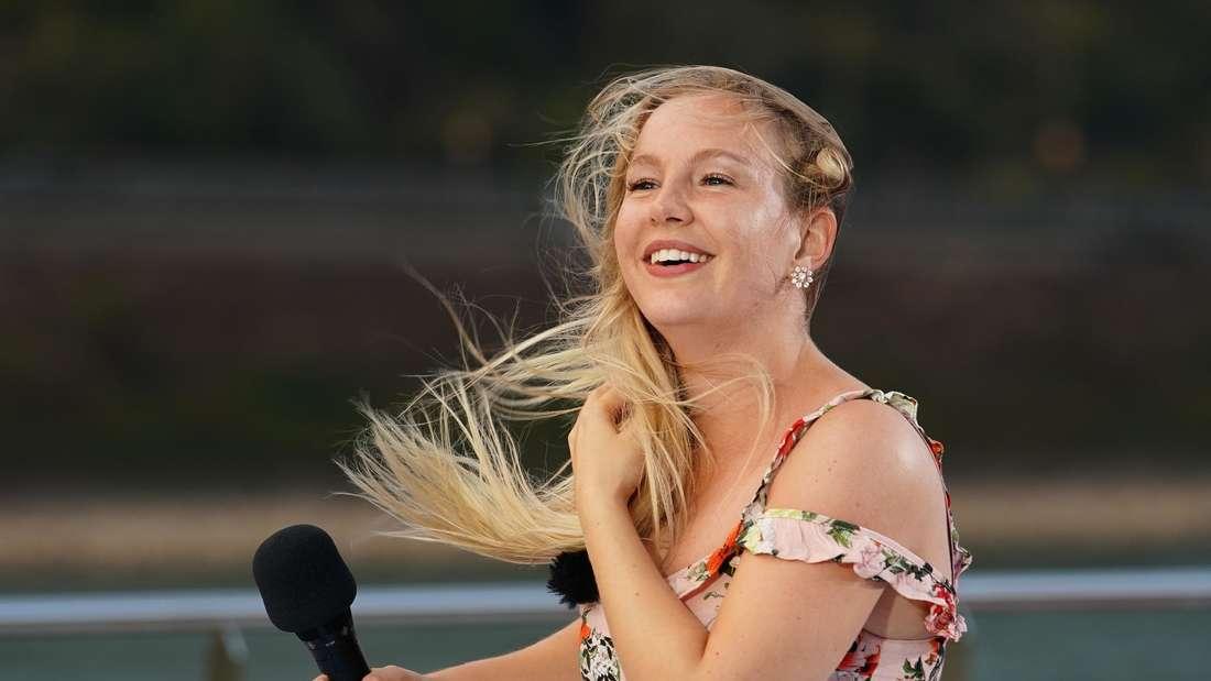 DSDS-Kandidatin singt im Wind auf DSDS Boot