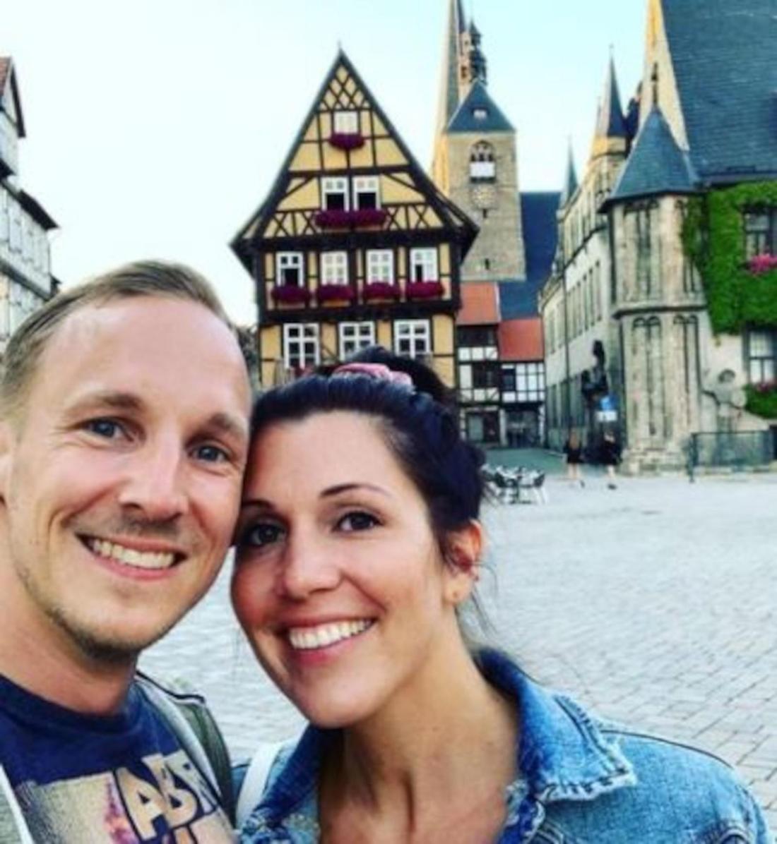 Lisa und Michael machen ein Selfie bei einem Städtetrip