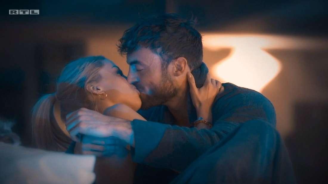 Denise und Niko küssen sich