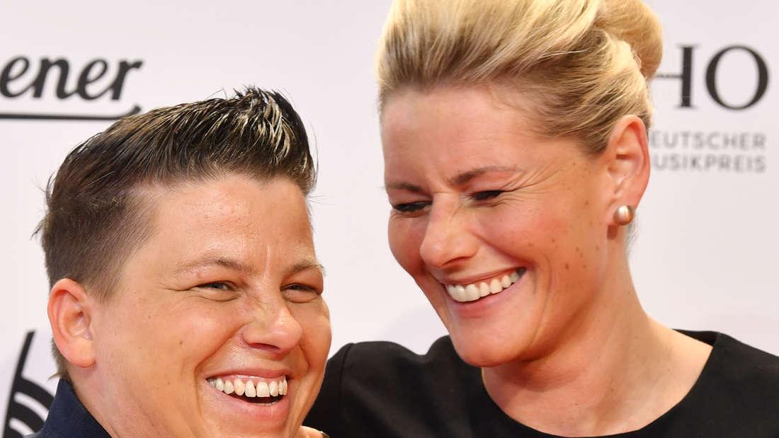 Kerstin Ott und Karolina Köppen lachen zusammen auf dem roten Teppich