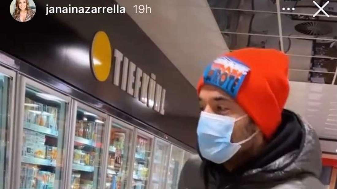 Schlagersänger Giovanni Zarrella tanzt in der Tiefkühlabteilung eines Supermarktes