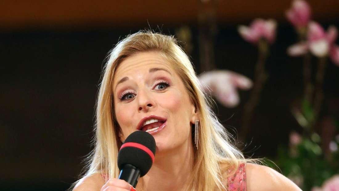 Stefanie Hertel im Dirndl bei einem TV-Auftritt