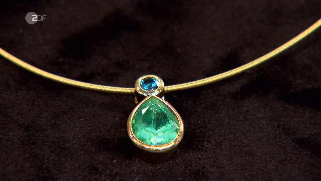 Eine Kette mit einem grünen und einem blauen Stein