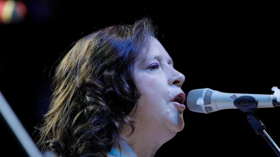 Kathy Kelly singt auf der Bühne
