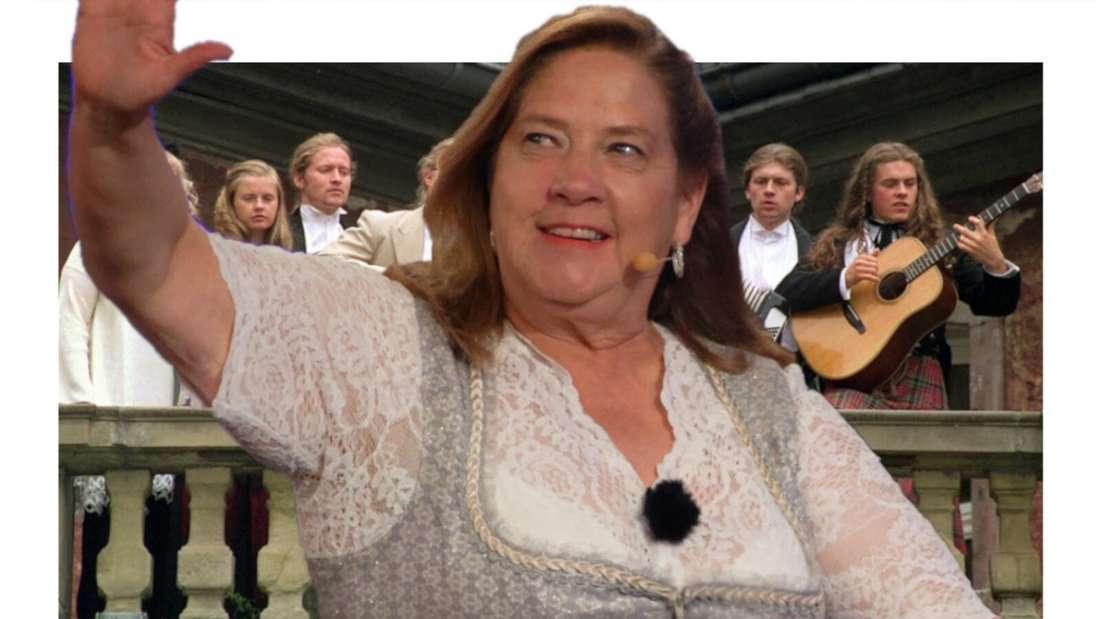 Kathy Kelly winkt, im Hintergrund die Kelly Family (Fotomontage)
