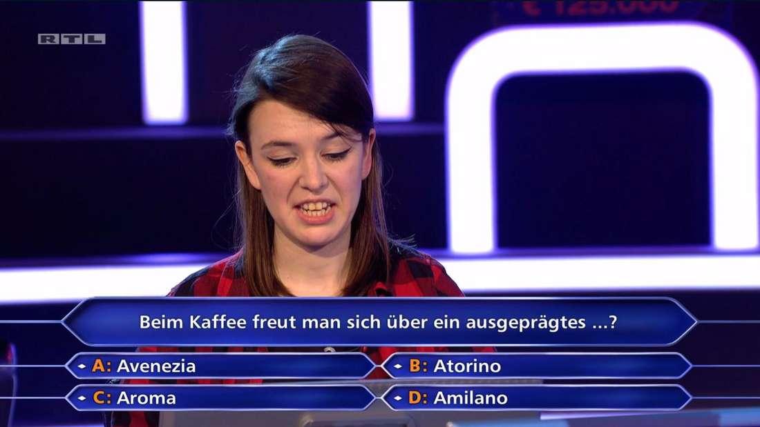 """Die """"Wer wird Millionär?""""-Kandidatin schaut herablassend auf die Antwortmöglichkeiten"""