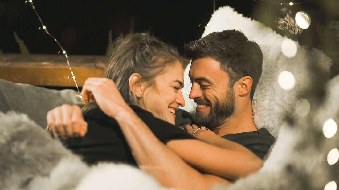 Bachelor Niko Griesert und Kandidatin Mimi kuscheln im Bett