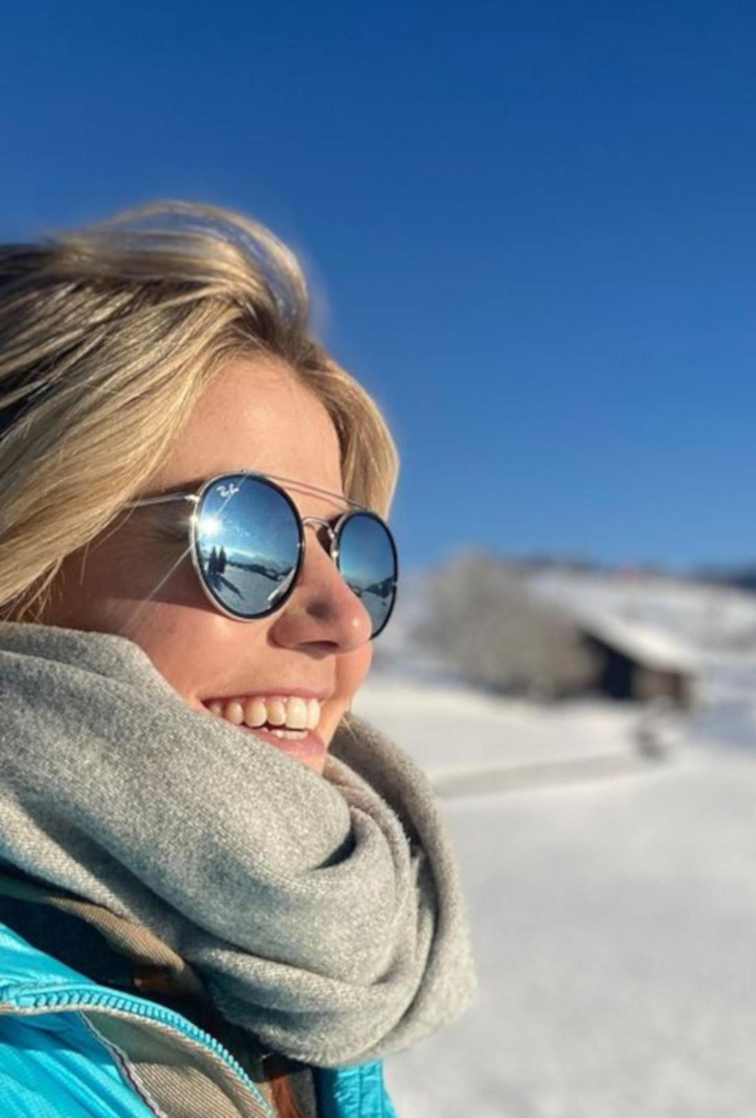 Beatrice Egli im Schnee mit Sonnenbrille
