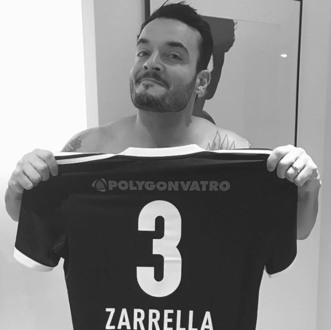 Giovanni Zarrella hält ein Fußball-Trikot hoch