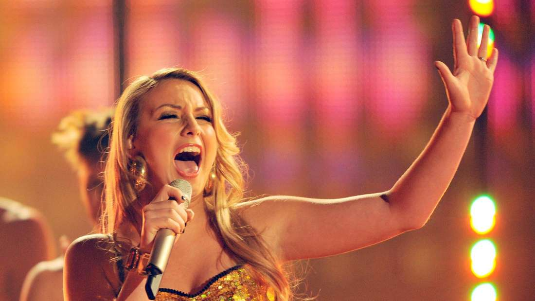 Anna-Carina Woitschack singt auf einer TV-Bühne