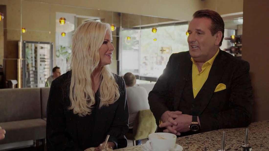 """Anna Heesch und Ralf Dümmel in einem Restaurant während ihres Interviews bei """"Prominent!""""-hamburg"""