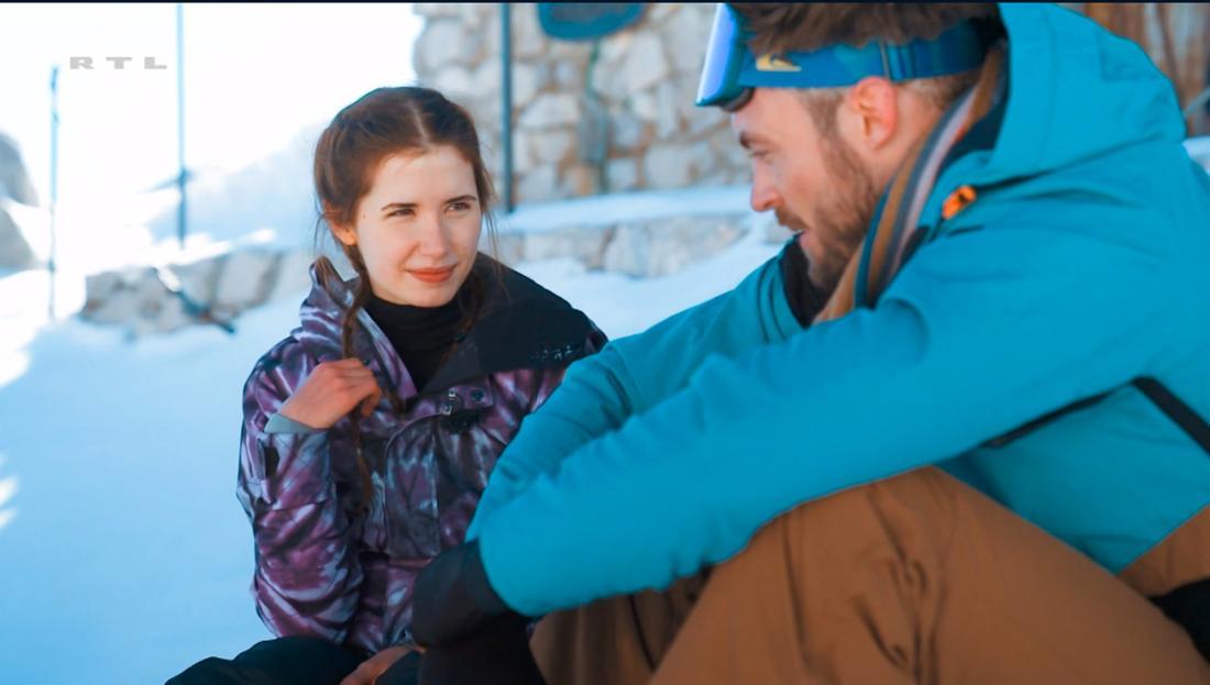 Der Bachelor: Esther und Niko sitzen im Schnee