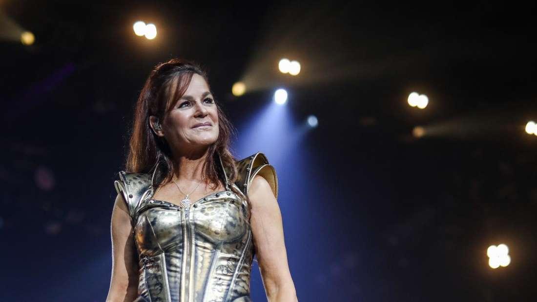 """Andrea Berg auf der Bühne in einem silbernen """"Amazonen""""-Outfit"""