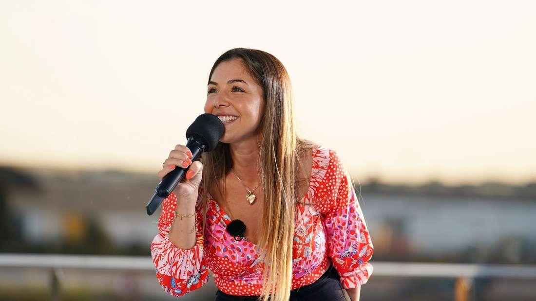 DSDS-Kandidatin Katharina Demirkan hält im Rahmen eines der Castings ein Mikrofon in der Hand.