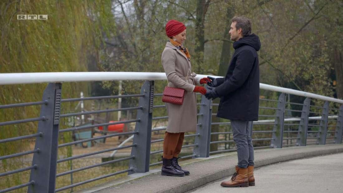 Thaddäus Meilinger und Vildan Cirpan stehen auf einer Brücke und halten sich an den Händen