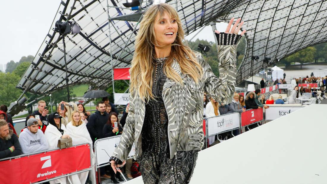 Heidi Klum winkt, im Hintergrund sieht man eine Menschenmasse