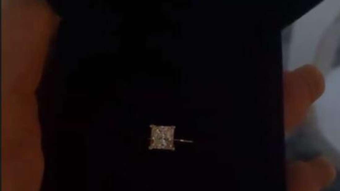 Danni Büchner hält eine Ringschachtel, in dem der Ring ist