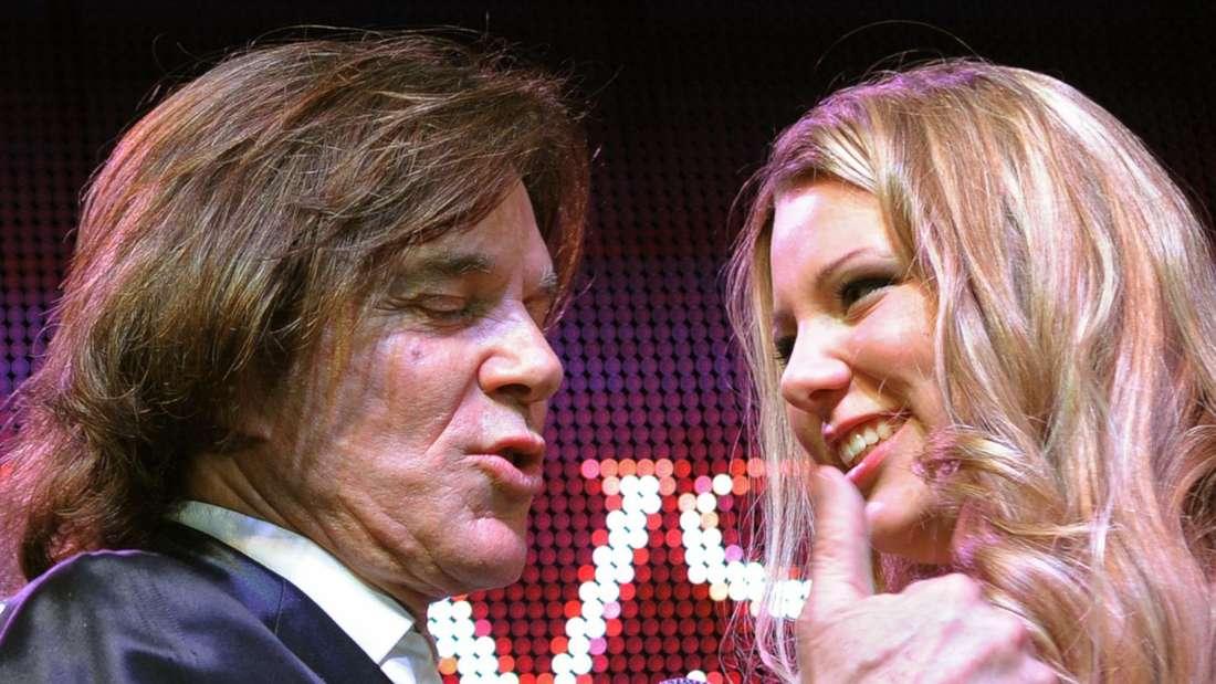 Joelina und Jürgend Drews kurz vor einer Umarmung auf einer TV-Bühne