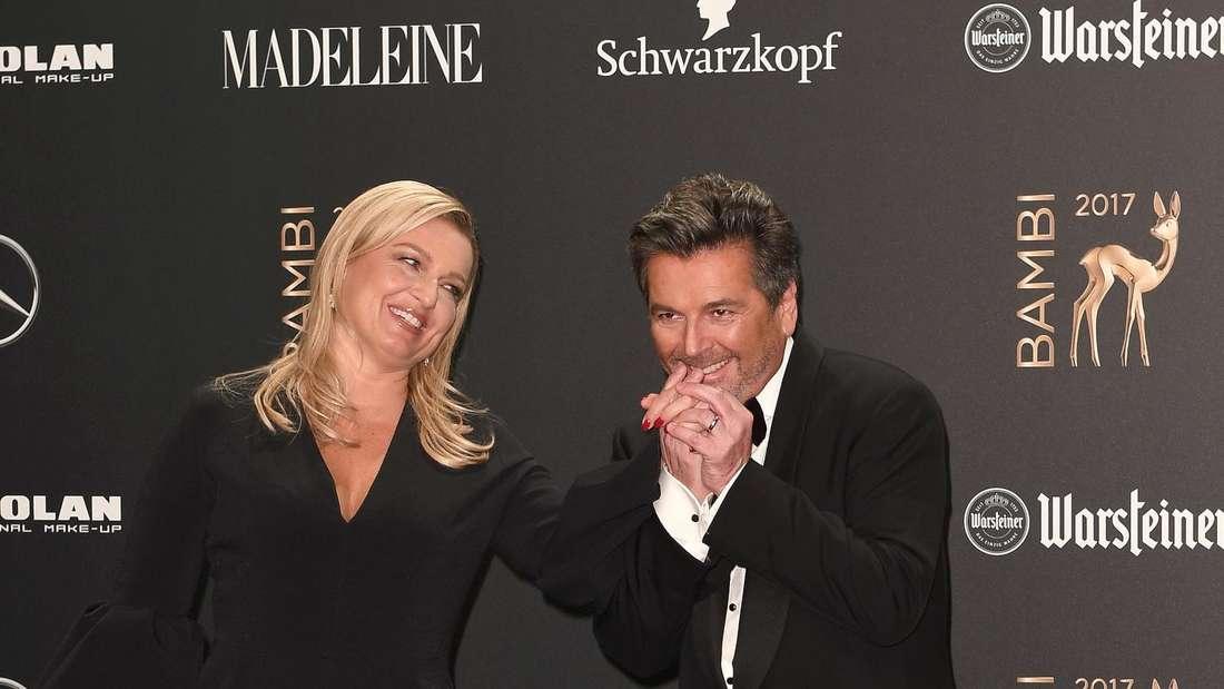 Thomas Anders gibt seiner Frau einen Handkuss