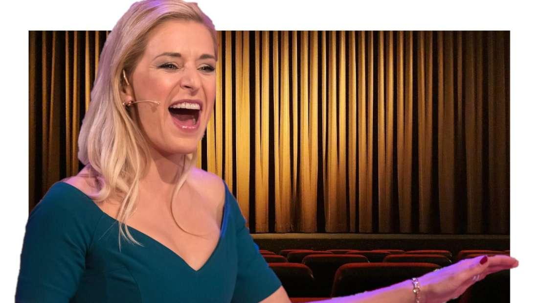 Stefanie Hertel lacht vor einer Theater-Bühne (Fotomontage)