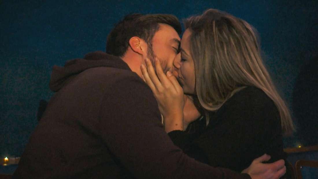 Bachelor Niko Griesert bei einem Kuss mit Kandidatin Hannah