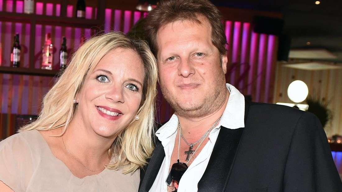 Danni Büchner lehnt sich mit ihrem Kopf an ihren verstorbenen Mann Jens an. Beide halten sich im Arm.
