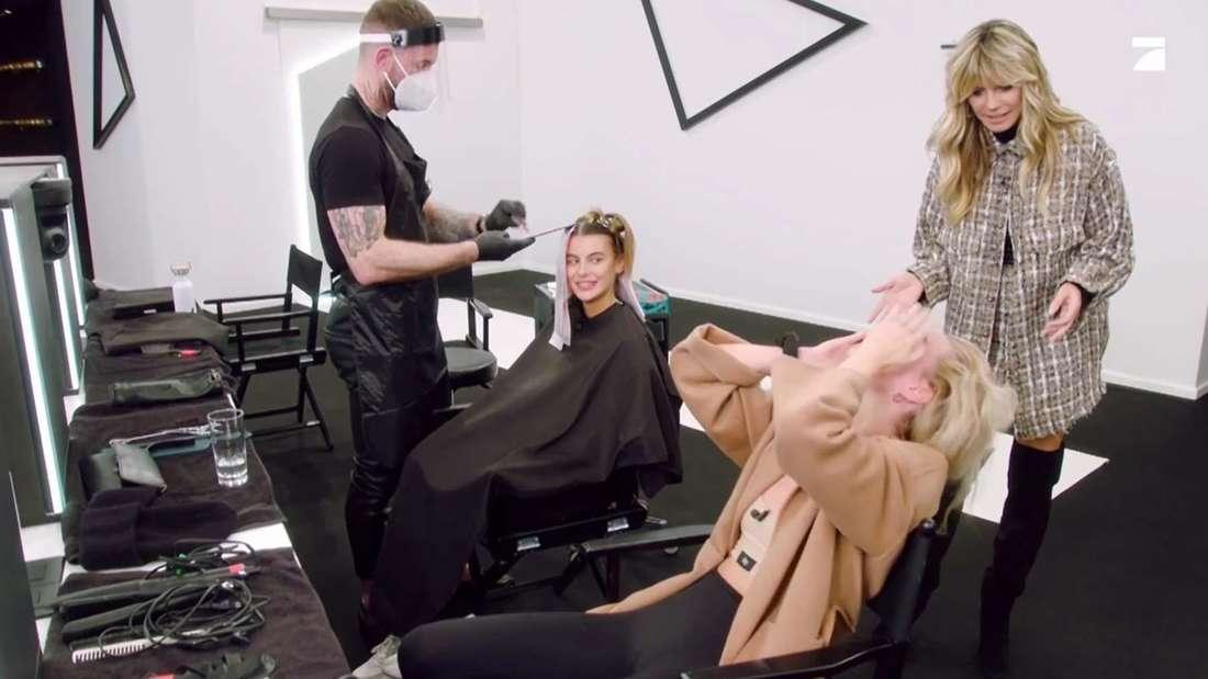 Heidi Klum, ein Haarstylist und zwei ihrer Kandidatinnen beim GNTM-Umstyling