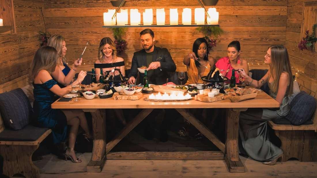 Der Bachelor Niko Griesert beim Abendessen an einem Tisch mit Karina, Hannah, Stephie, Linda, Michèle und Mimi