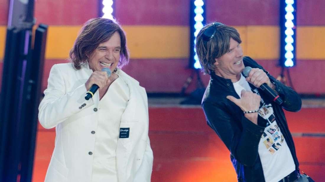 Jürgen Drews und Mickie Krause stehen zusammen auf einer TV-Bühne und singen ihr Duett