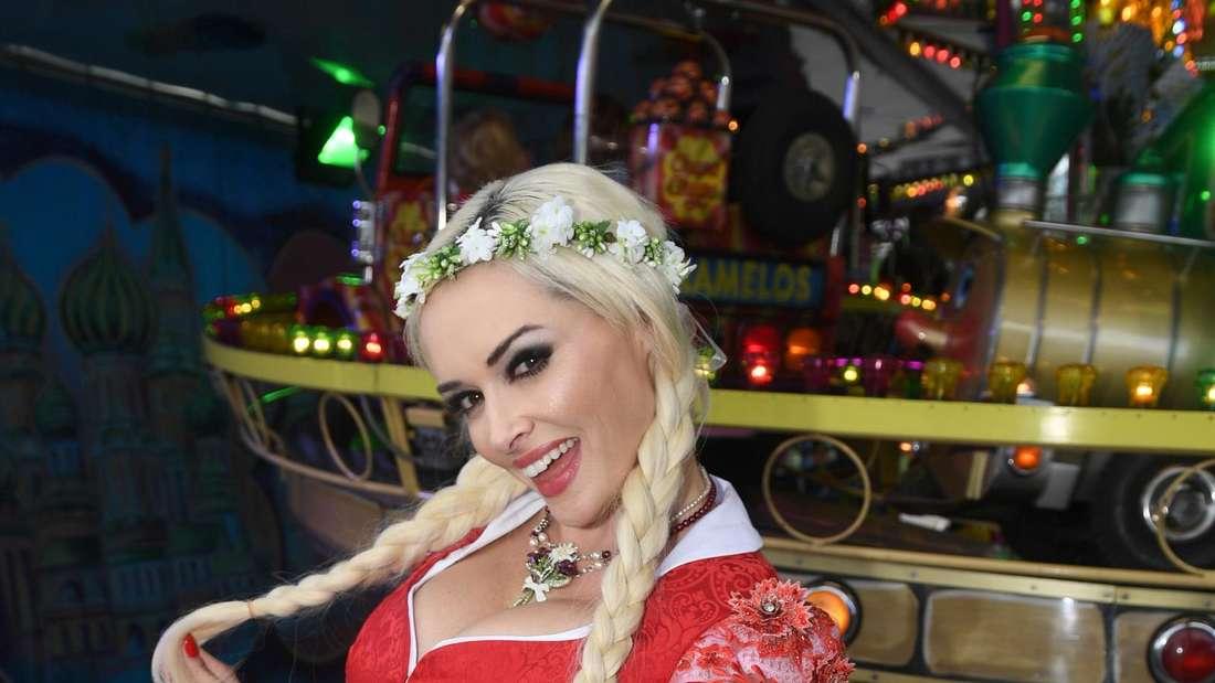 Daniela Katzenberger im DIrndl auf dem Oktoberfest