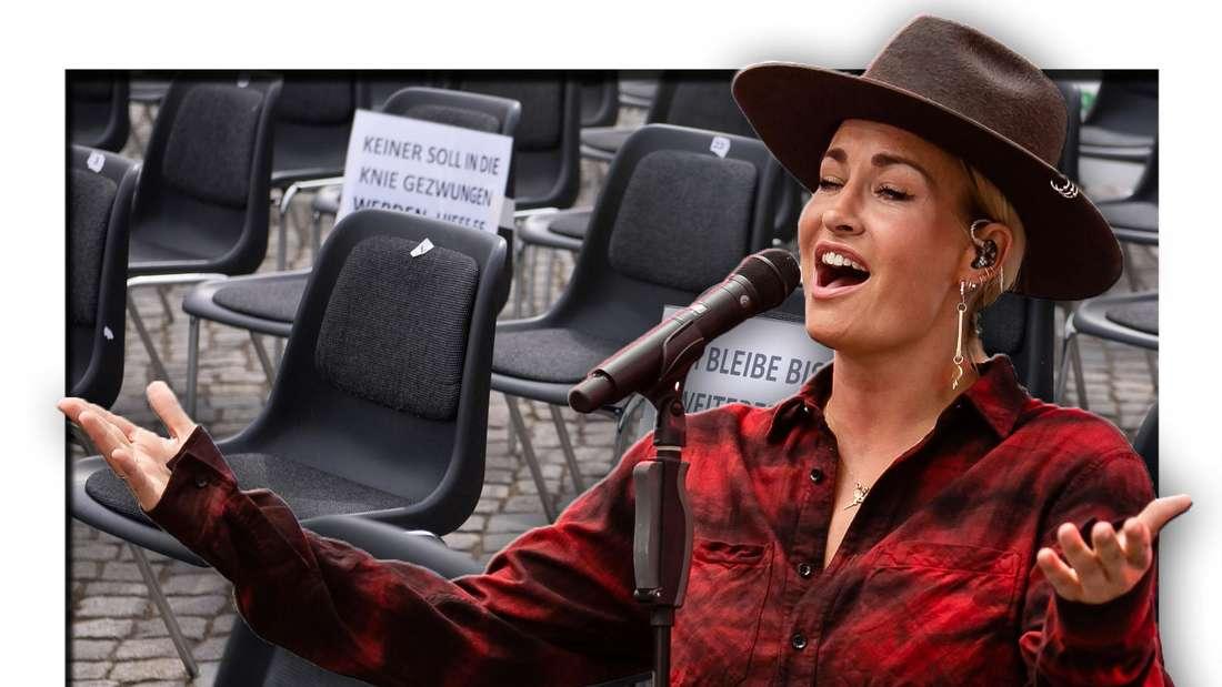 Popsängerin Sarah Connor steht singend vor eine Reihe leerer Stühle (Fotomontage)