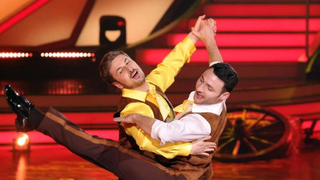 Nicolas Puschmann (l) und Robert Beitsch tanzen sich ein.