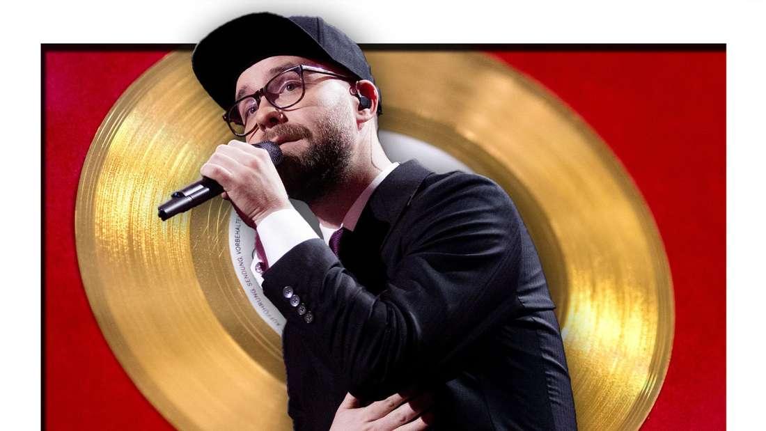 Popstar Mark Forster steht vor einen Goldenen Schallplatte (Fotomontage)