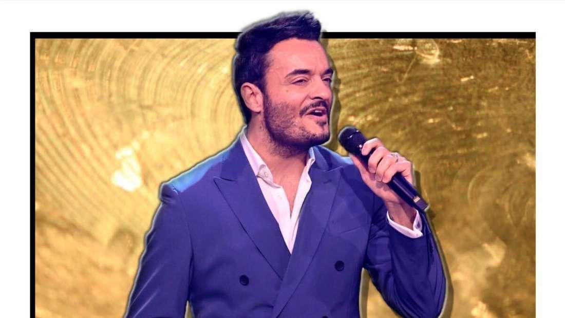 Giovanni Zarrella singt in ein Mikrofon - der Hintergrund ist golden (Fotomontage)