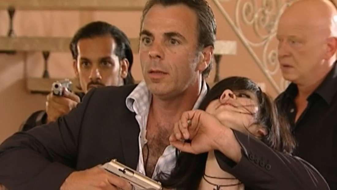 """Eine Szene aus der Sat.1-Sendung """"K11 - Kommissare im Einsatz"""", in welcher Lena Meyer-Landrut mit einer Pistole bedroht wird"""