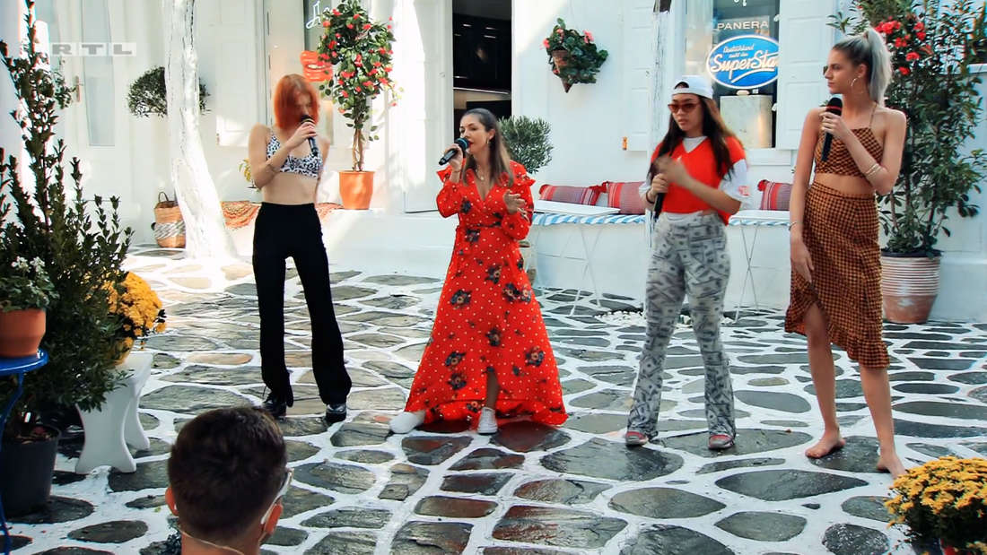 Michelle, Katharina, Anana und Pia-Sophie performen vor der Jury.