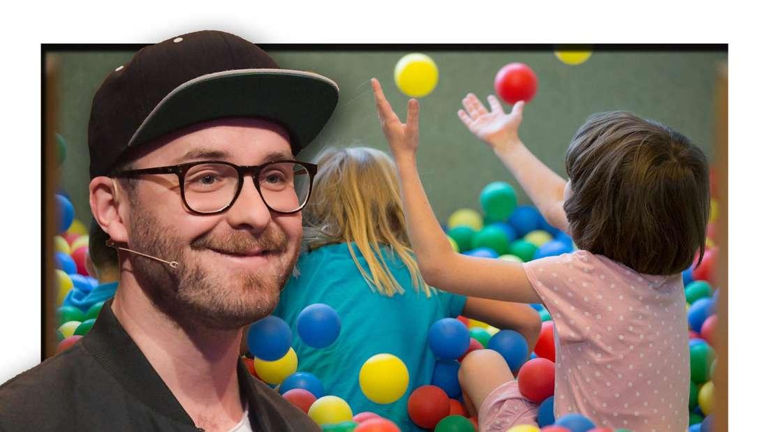 Popsänger Mark Forster steht vor einem bunten Bällebad für Kinder (Fotomontage)
